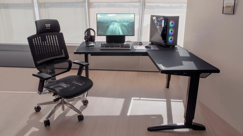 Ha a mezei íróasztal már nem elég – ToughDesk 500L RGB Battlestation